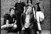 rock band with a foot on a brick wall / Vous montez un nouveau groupe de rock ? Vous cherchez une idée pour votre photo de presse ? Contactez moi, j'ai tout plein d'idées !!  Voici mon portfolio !!!