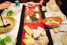 Moments fromagers / Toutes les occasions sont bonnes de déguster un plateau de fromages. Voici des éclats de rires partagés autour de morceaux de Beaufort d'Alpages, des confidences faites autour d'un verre de Sauternes et de Bleu des Causses, et bien d'autres moments précieux vécus autour du fromage.