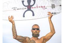 Fenua Factory : coque smartphone et tablette tatouées / Les Créations Fenua Factory  Fenua Factory c'est une plongée dans mon univers qui revient à faire un bond de 15 000 km, direction la Polynésie et le Pacifique. Où la faune et la flore se mèlent à la magie des rites et traditions. C'est 13 catégories, avec au total 180 produits différents sortis tout droit de mon imaginaire et de mes inspirations. Les thèmes de ses coques et housses vont des formes graphiques aux symboles polynésiens, en passant par l'animalier.