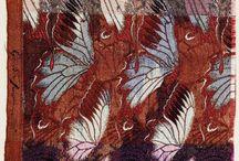 Ikat e Chinè / L'Ikat è una tintura di origine orientale e lo Chinè è la moderna interpretazione europea. E' un lavoro di infinita pazienza manuale, in pratica disegni bellissimi dai contorni sfumati, effetto ottenuto proteggendo parzialmente con una stretta legatura di fili di ordito e di trama.