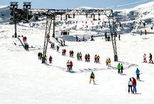 Aktiv oder entspannt: Winterliche Orte zum entdecken / Jetzt werden in den beliebten Wintersportgebieten Höchstpreise für die Unterkunft verlangt. Wir zeigen, an welchen Orten in Deutschland und Österreich du besonders günstig auf die Piste kommst. Den gegenpart haben wir auch für euch: Die zehn teuersten Skigebiete Europas, in denen Wintersport zum echten Luxus wird.  Soll es lieber ruhig zu gehen laden die spannendsten Winter-Naturwunder Deutschlands zum staunen ein.