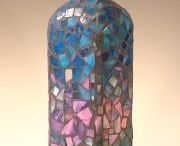 Botella con mosaicos en azul, rosa, lila y verde