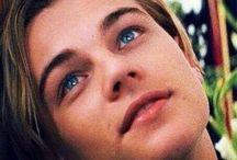 Τα γαλάζια του μάτια
