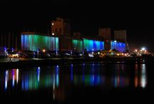 Aurora Borealis / Aurora Borealis is an illumination artwork inspired by the beauty of the northern lights phenomenon. As a result of a special collaboration with Robert Lepage, the installation takes place on the grain silos located in the Old Port of Quebec. The dynamic installation has multiple themes based on the movements and colors of this natural phenomenon.