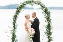 Bröllopsinspiration: Klassiskt och ljust / Låt dig inspireras ett sommarbröllop i ljusa färger. Här är naturen närvarande under både vigsel och middag. Blommorna är en självklarhet och går som en röd tråd genom hela bröllopet i form av vackra pastellbuketter.