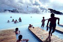 Izland (Iceland, Lýðveldið Ísland) / A nagy sziget, amelynek már a neve hallatán is vacogunk, természeti csodáinak köszönhetően - működő vulkánok, gleccservölgyek, a kontinens legnagyobb vízesései, lávamezők, gejzírek, termálvizű tavak és az északi fény - Európa egyik legvonzóbb idegenforgalmi célpontja, Reykjavik, a világ legészakibb fővárosa kifinomult hangulatú kisváros, az ország kulturális központja, élőzenei programokkal, nagyszerű éttermekkel és múzeumokkal várja látogatóit.