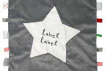 Label-Label bij Tuttelwinkel.nl / De basis van de Label-Label produkten is zachte badstof en de leuke, vrolijk gekleurde labels.De Label-Label kan verschillende functies hebben:  voor baby's vanaf 0 maanden: een geurdoek. voor de oudere baby's (vanaf circa 6 maanden): knuffeldoek. voor dreumessen en peuters: een knuffel-, speel- en troostdoek.   www.tuttelwinkel.nl