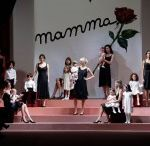 W La mamma: Dolce&Gabbana fashion show s/s 15 / Moda Junior could only choose for you this fashion show of Dolce & Gabbana dedicated to all the mothers of the world, with a beautiful Bianca Balti that catwalk version maternity wear. A key element is the red rose, which appears on both printed and embroidered dresses and jewelry. Red roses are the flower that traditionally give the children to their mothers. The invitations for the fashion show of Dolce & Gabbana were decorated with children's drawings, a tribute to all mothers in the world