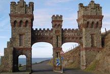 5eglobal ISLA DE MAN / La isla de Man, a veces traducida de forma errónea como Isla del Hombre, es una dependencia de la Corona británica con gobierno autónomo formada por una isla principal y algunos islotes situados en el mar de Irlanda, entre Irlanda y Gran Bretaña. Wikipedia