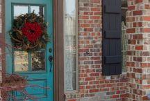 """Porte d'entrée / La première impression est toujours la bonne : peaufinez votre entrée !  Votre porte d'entrée en lien avec votre """"entrée"""". Ce sas qui sert à créer une transition entre l'extérieur et l'intérieur.  Votre entrée est l'espace qui peut définir avec excellence votre personnalité, l'ambiance générale de votre intérieur peut être synthétisé dans ce lieu.  Notre article sur les portes d'entrée: https://petale-de-carreaux.fr/porte-dentree"""