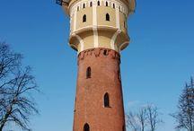 Polskie wieże ciśnień / Wieża ciśnień -  budynek w formie wieży, na którego szczycie znajduje się zbiornik wody, służący do zapewnienia stabilnego ciśnienia w wodociągu. Pokrywa chwilowy wzrost zapotrzebowania. Zbiornik musi być umieszczony powyżej odbiorców, ponieważ działa poprzez zasadę naczyń połączonych. Umieszczony jest zwykle na szczycie wieży, góry, a czasem nawet wieży na wzniesieniu. Na stacjach kolejowych była używana do zasilania parowozów.