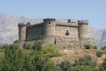 Mombeltrán / Mombeltrán es un pueblo del Valle del Tiétar abulense que posee el magestuoso castillo de los Duques de Alburquerque. Desde él se domina el paisaje conocido como Las Cinco Villas. Está situado en plena Cañada Real Leonesa Occidental coincidiendo además con una de las Calzadas Romanas mejor conservadas de España.