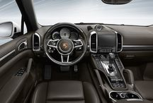 Cayenne S E-Hybrid / El Cayenne S E-Hybrid domina los trayectos diarios  como las largas distancias. Apto para toda la familia y, al mismo tiempo, para disfrutarlo en solitario. Un Porsche, por encima de todo.