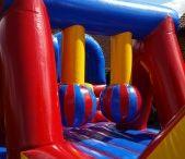 Hindernisbaan Mega Take-Out / een super hindernisbaan die veel weg heeft van het tv-programma Wipe-Out. leuk voor grote groepen maar ook voor verjaardagen en andere feesten.