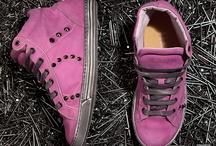 Playhat WASH / Wash come lavato! I pellami di questa linea, principalmente vacchette, hanno un aspetto vissuto. Le sneakers assumono connotazioni vintage-rock, soprattutto nelle varianti con borchie.
