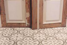 VLOERTEGELS | Cementegels / Cementtegels zijn helemaal terug van weggeweest. Deze patroon tegels geven een hip uiterlijk aan je keuken, hal of badkamer
