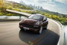Nuevos Porsche Cayenne / Los nuevos Porsche Cayenne continúan en su línea con nuevos diseños. Con nuevos sistemas de asistencia. Con nuevos motores. Y con más potencia. El Porsche Cayenne renovado entusiasma.