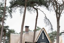 Lichtenberg   Tussen de hoge dennen / Gaston en Nynke woonden op een steenworp afstand van het huis waar zij nu wonen. Dat was een twee onder één kap. Een leuk huis maar het werd met twee kinderen een beetje te klein. Bovendien waren de keuken en badkamer aan restauratie toe. Ze wilden ook een eetkeuken. Verbouwen bleek lastig.