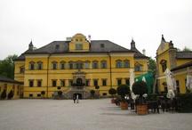 """Pałac i ogrody wodne Hellbrunn / """"Pałac Hellbrunn, otoczony rozległym parkiem jest zaliczany do najpiękniejszych przykładów architektury manierystycznej na północ od Alp i jest niewątpliwie unikatem w Europie. Słynne ogrody z wodotryskami, zaprojektowane w 1618 roku przez księcia arcybiskupa Markusa Sittikusa ku uciesze gości jego letniej rezydencji, bawią zwiedzających po dziś dzień."""""""