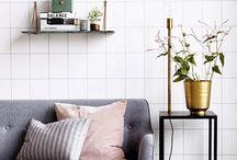 Vardagsrum / Varm grå fondvägg. Varm vit övriga väggar. Ljusgrå soffa med 50-tals touch. Marmorbord. Teak detaljer.
