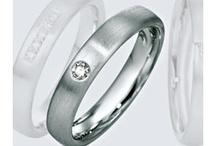 Colectia Platinum / Colecţia de verighete din platină, pune în valoare frumuseţea şi valoarea acestui metal nobil.  Descoperit de catre spanioli în călătoriile lor prin Columbia din jurul anului 1735, si denumit de aceştia argint platinat, platina este astăzi unul dintre cele mai fascinante metale preţioase. Verighetele din colecţia Platinum, încrustate cu briliante, pun în valoare caracterul luxuriant al acestui metal preţios.