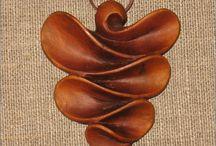 dreveny šperk