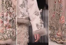 El Asombroso Estilo De Alexander McQueen / La colección otoño-invierno 2016-2017 de Alexander McQueen, tiene ternura mezclada con lo gótico, dando como resultado un explosivo cóctel de elegancia: https://tendenciasjoyeria.com/el-asombroso-estilo-de-la-casa-de-modas-alexander-mcqueen/