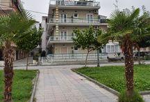 Ξενοδοχείο Εμίλιος Παραλία Κατερίνης - Παραλία - Πιερία / To Ξενοδοχείο Εμίλιος διαθέτει κλιματιζόμενα δωμάτια με ιδιωτικό μπαλκόνι και θέα σε ένα πανέμορφο και πολυσύχναστο πάρκο, το  ξενοδοχείο βρίσκεται μόλις 140μ. μακριά από τη θάλασσα στην Παραλία Κατερίνης. Τα δωμάτια του Εμίλιος έχουν ιδιωτικό μπάνιο με πολυτελείς παροχές και στεγνωτήρα μαλλιών. Είναι εξοπλισμένα με πλήρως εφοδιασμένη μίνι κουζίνα και τηλεόραση .Το  ξενοδοχείο διαθέτει ρεσεψιόν/ τουριστικό γραφείο
