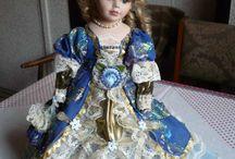 šaty na porcelánové panenky, dresses for dolls / Všechny tyto šaty šila má babička. Chtěla jsem ukázat co za krásu dokázala ušít a čím se mnoho let bavila.