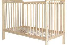 Łóżeczka dziecięce / Łóżeczka ze szczebelkami dedykowane są dla Państwa najmłodszych pociech, w których mogą w komfortowych i bezpiecznych warunkach poznawać otaczający ich świat. Każde łóżeczko dziecięce ma możliwość montażu stelażu na dwóch wysokościach w zależności od wieku dziecka, natomiast szczebelki są wyjmowane albo obniżane w zależności od modelu.