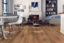 Pisos - Delta / Delta Es bueno tener donde volver incluso del viaje más largo. Encuentra este lugar junto con la colección Delta caracterizada por una textura profunda de la madera que le proporciona un carácter único a los interiores.