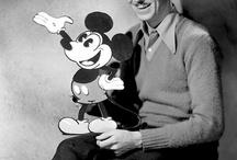"""WALT  DISNEY / Walter Elias """"Walt"""" Disney (* 5. Dezember 1901 in Chicago, Illinois; † 15. Dezember 1966 in Burbank, Kalifornien) war ein US-amerikanischer Filmproduzent, der unter anderem Naturfilme produzierte und Zeichentrickfiguren erfand."""
