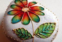 flor pintada en piedra