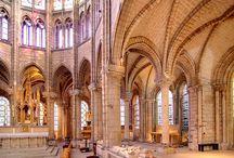 Gotyk w różnych częściach Europy / Budowle gotyckie na terenie Europy miały ze sobą wiele wspólnego. Mimo to, możemy zauważyć różnice między nimi. Te odmienności wynikały z innych tradycji budowlanych, klimatu czy dostępnego budulca.