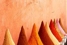 ROAD TO MARRAKECH SS2016 / Conectada con la tierra, original y auténtica. Así es una tendencia que parte del folk bohemio y en la que prima la textura de los materiales, con detalles preciosistas como las bandoleras trenzadas o los flecos de serraje, un homenaje al trabajo de los curtidores. La influencia de los años 70 se mantiene fuerte, y se inclina hacia líneas más limpias. El módulo respira una paleta de colores muy cálida que va del color mostaza al caldera, que recuerdan a las especias de un mercado marroquí.
