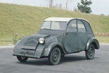 """Citroen 2cv histoire / À l'origine de la """"deuche"""", le projet TPV (toute petite voiture) débute en 1939. Le cahier des charges était simple : offrir un véhicule abordable et robuste, capable de transporter quatre personnes jusqu'à 60 km/h, qui ne demanderait que 3 l/100 km. #2cv #citroen"""