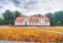 Łebunia - Pałac / Pierwotny pałac w Łebuni został zbudowany w XVIII wieku przez rodzinę Grellachów, posiadających majątek od XIV do XIX wieku. Wskutek późniejszych przebudów pałac zyskał neoklasycystyczny wygląd. Po Grellach majątek był własnością Grumbkowych, następnie Rothów i w końcu Sinnerów. Od 1945 roku pałac użytkowany przez miejscowy PGR uległ dewastacji. Pod koniec XX wieku budowlę częściowo strawił pożar a obecnie nowy, prywatny właściciel przystąpił do jego odbudowy.