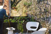 Vitra White Collection / Die White Collection von Vitra vereint eine Auswahl zeitgenössischer Entwürfe in sommerlichem Weiß, die auf der Terrasse und im Garten kontrastreiche Akzente setzen.    By smow.de  | SPRING 2016  |  OUTDOOR  | Jasper Morrison | Ronan & Erwan Bouroullec  | Ron Arad