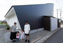 施工例19lソラマド香川 / 香川県内で建てたソラマドの家の写真です。 お洒落で、わくわくして、人とは違った家を建てたい、もちろんローコストで…。 私たちは、そんな住宅をたくさん実現してきました。 お客様のお好みのテイストはもちろん、ライフスタイルに合わせた、快適で心地良いオンリーワンの住まいをご覧ください。 <Works19> 香川県丸亀市 家族構成:夫婦+子ども2人 延床面積:117.58m²