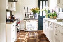 idee cucina / Idee per rinnovare la cucina. Puoi ridipingere le ante, sostituire alcuni accessori, dipingere le pareti... Cambia o dipingi il piano di lavoro, le piastrelle e il paraschizzi. Sostituisci alcun accessori come le maniglie e i pomelli. La tua cucina non sembrerà più la stessa!