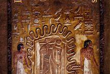 Portadas / Novela ambientada en Egipto durante la invasión de Napoleón. Misterio y enigmas arqueológicos y se dan cita en la aventura de uno de los soldados que siguieron al gobernante francés.