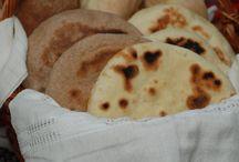 Produse de acasa - brutarie / Pentru o masa echilibrata, va recomandam produsele noastre de brutarie - painea traditionala, turtele pe plita sau cosurile cu de toate, pe care le gasiti in magazinul nostru.
