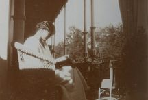 Leyendo y pasando la tarde en el balcón imperial / Olga, Tatiana, María y Anastasia pasando la tarde en el balcón imperial