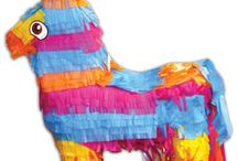 Pinata's op Kinderfeest / Je ziet het steeds vaker: zo'n felgekleurde piñata op een kinderfeestje. Deze nieuwe trend is overgewaaid uit Mexico. Daar worden deze figuren van papiermaché gevuld met snoep en kleine cadeautjes. Om ze vervolgens bij een kinderverjaardag of ander feest op te hangen. De kinderen worden geblinddoekt en mogen daarna één voor één proberen om met een stok tegen de piñata te slaan. Als de piñata breekt, valt er een stortvloed van snoepjes, confetti en cadeautjes over de kinderen heen.