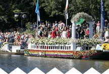 Het corso / Het Varend Corso (flowerparade) in het 1e weekend van Augustus. Mooie bloemenboten.