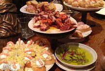 Comidinhas pelo mundo - Gastronomia / Um dos luxos de qualquer viagem, independente do budget, é poder experimentar novos sabores e receitas.  Ampliar horizontes culinários e descobrir o mundo atrás das comidas é uma das melhores coisas da vida.