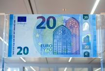 """Presentan nuevos billetes de 20 euros en Bruselas / El nuevo billete de 20 euros entrará en circulación el próximo 25 de noviembre de este año. Según ha recalcado hoy el BCE los billetes de euro son utilizados por 338 millones de personas de 19 países y tienen un """"valor facial combinado de un billón de euros""""."""