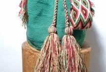 mochilas wayúu / Autentica Mochila Wayúu  Los Wayúu son un pueblo indígena que aún conserva celosamente sus tradiciones culturales, entre ellas, el oficio de la tejeduría, enseñado según el mito por la araña o Wale' Kerü.  Las mochilas son la máxima expresión del tejido Wayuú. Son fácilmente reconocibles por sus colores y diseños. mochilas se elaboran en crochet  o con ganchillo, y la elaboración de cada pieza puede tardar aproximadamente 20 días.