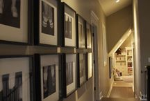 picture frames on the wall / Chodba