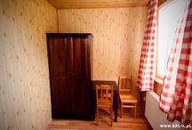 Pokój Żbik / Żbik - to pokój z malowniczym widokiem na las. Specjalnie dla naszych gości, których jak bieszczadzkie żbiki, pasjonują leśne scenerie.